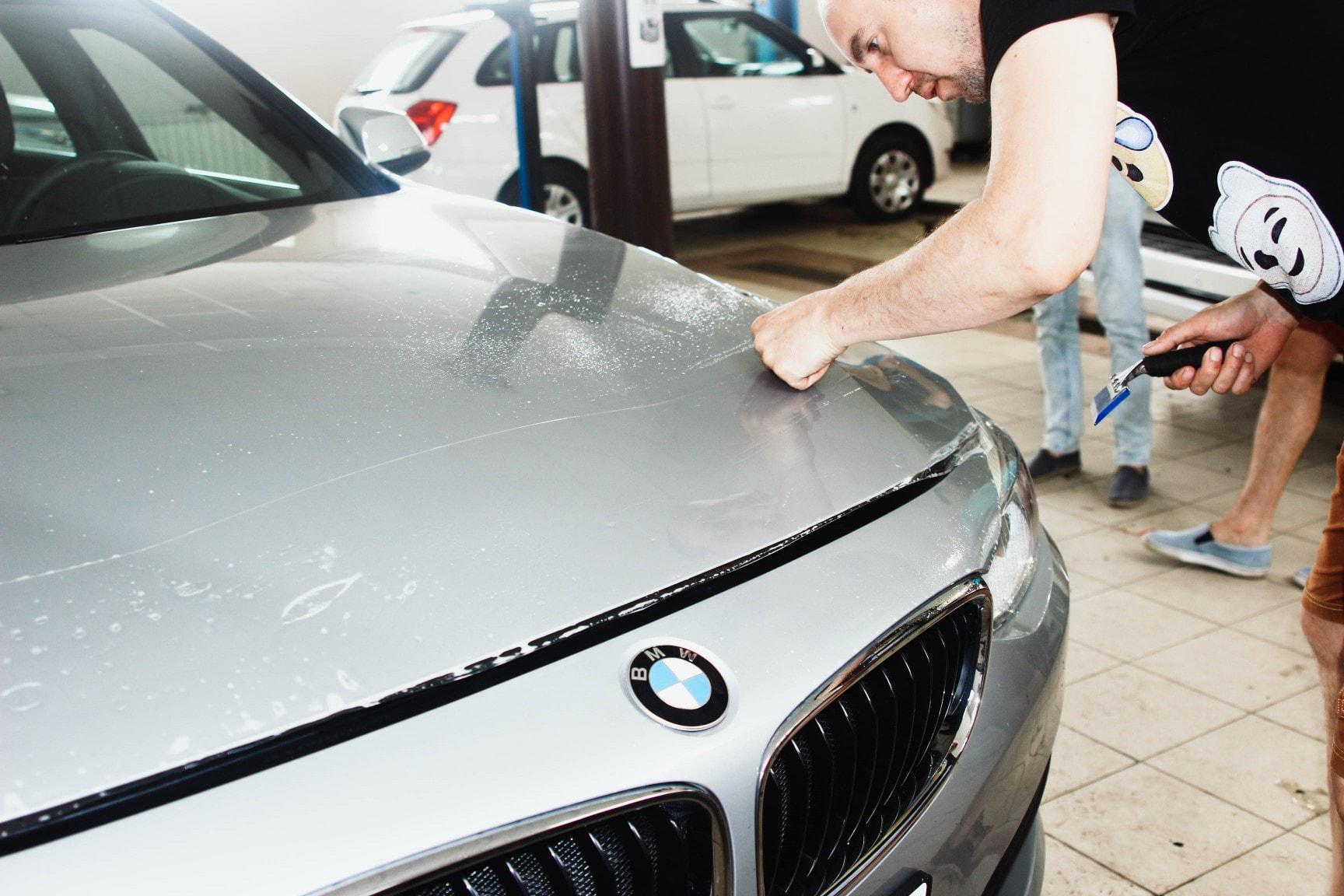 Процесс оклейки капота автомобиля BMW GT 320i антигравийной полиуретановой пленкой Hogomaku