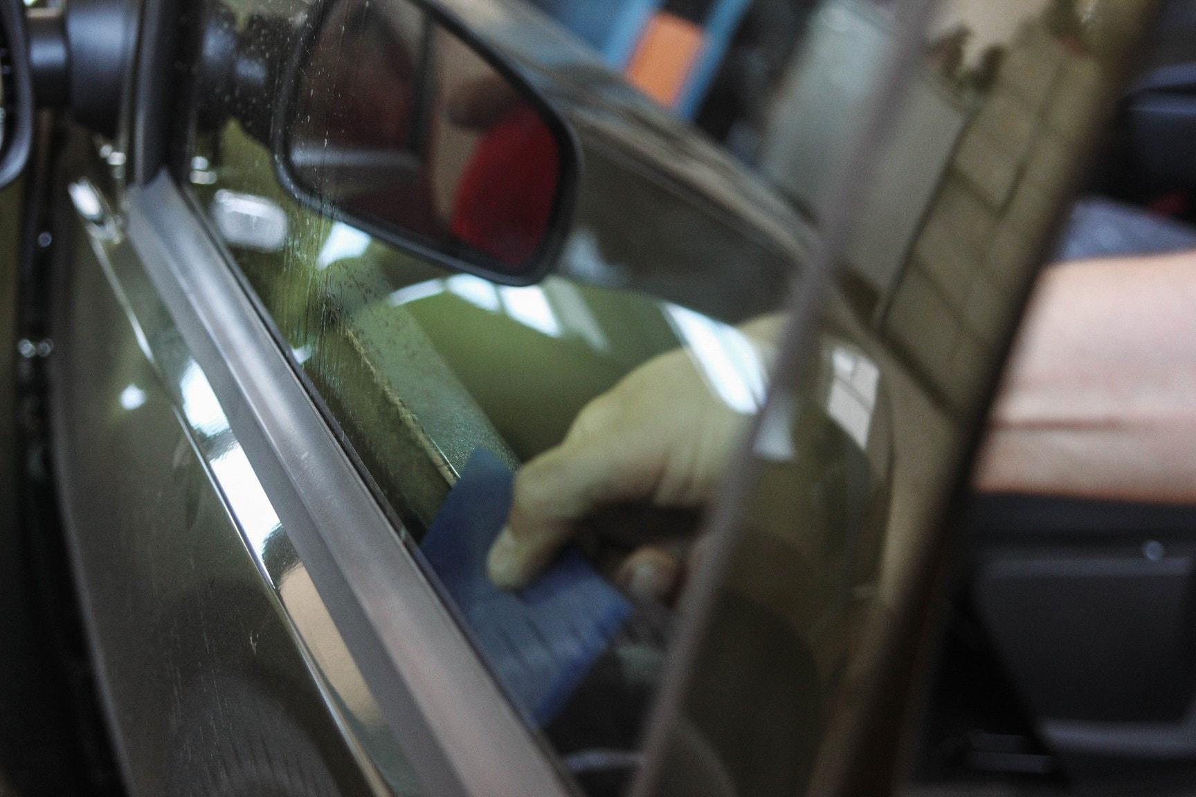 Процесс тонирования стекол атермальной плёнкой Sun Control автомобиль Renault Duster