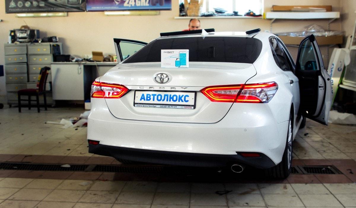 Автомобиль Toyota Camry 2018 защита от угона, установка автосигнализации PanDECT-X 1900bt