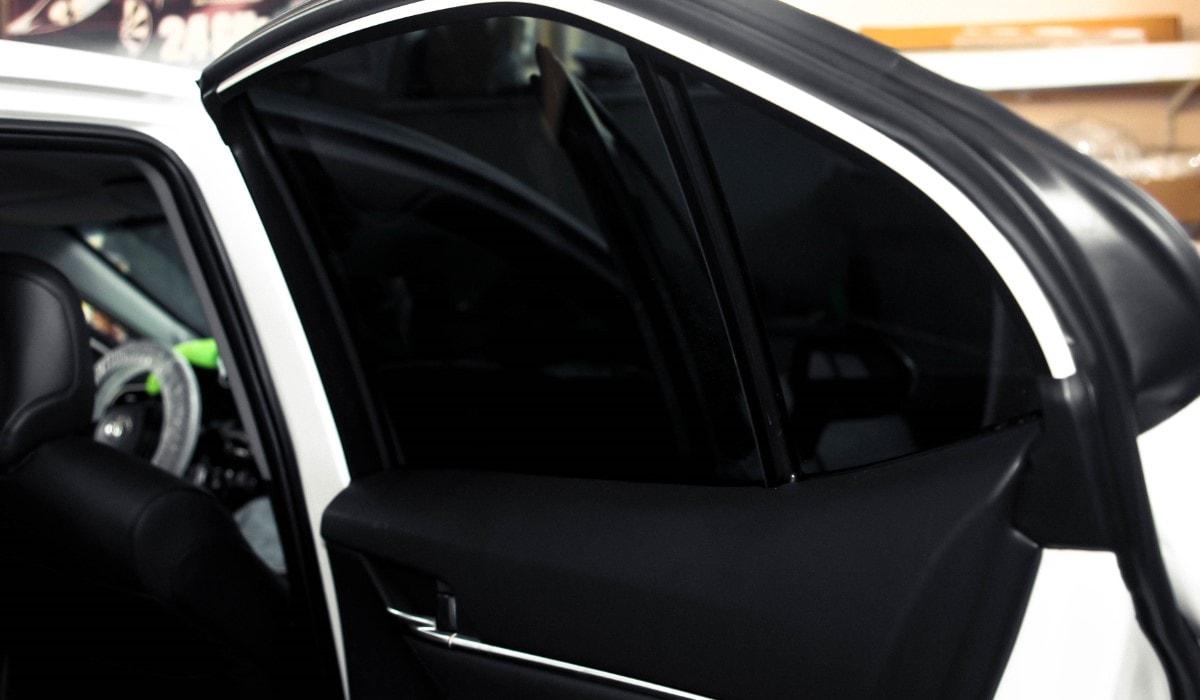 Оклейка тонировочной плёнкой задней полусферы автомобиля Toyota Camry 2018